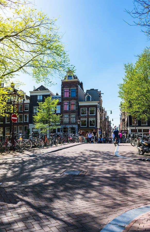 Vue d'une petite place de ville et d'un pont au-dessus du canal d'Amstel à Amsterdam, Pays-Bas image libre de droits