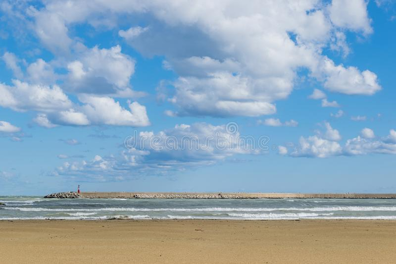 Vue d'une plage d'hiver avec le ciel et les nuages blancs images stock