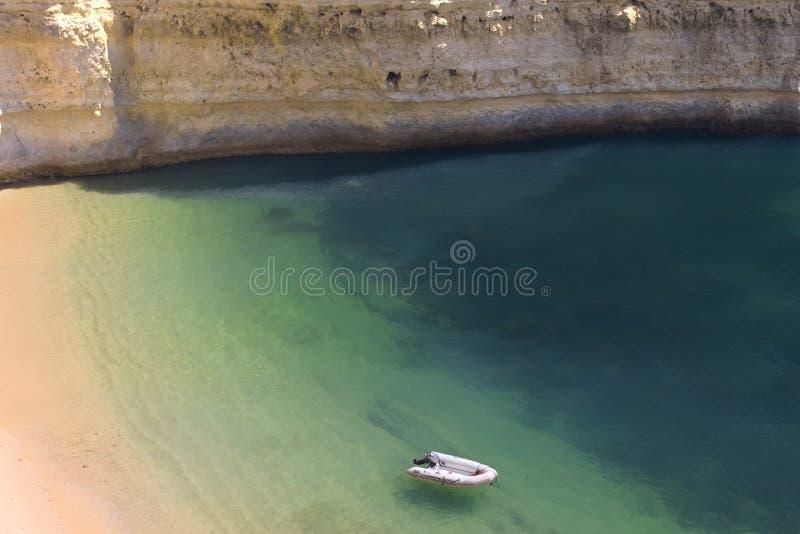 Vue d'une plage sauvage idyllique dans l'été photo stock