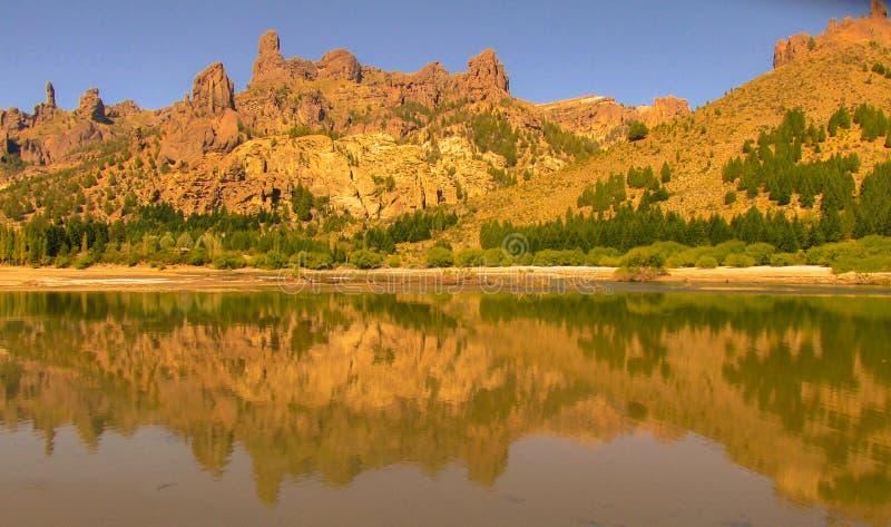 Vue d'une rivière dans le Patagonia et des montagnes sur ses rivages photos libres de droits