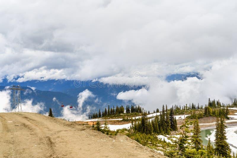 Vue d'une route de campagne profondément, bas nuages dans les montagnes, photographie stock libre de droits
