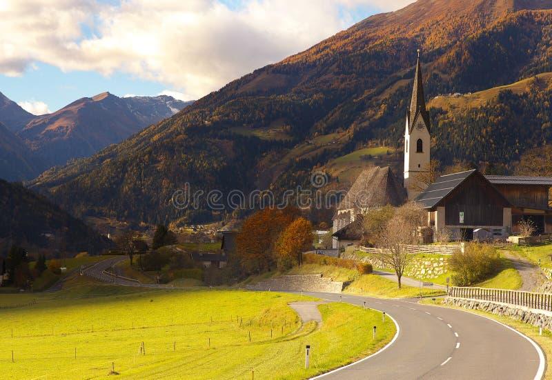 Vue d'une route et d'église de St Maria dans le village d'Obervellach, Austr photos libres de droits