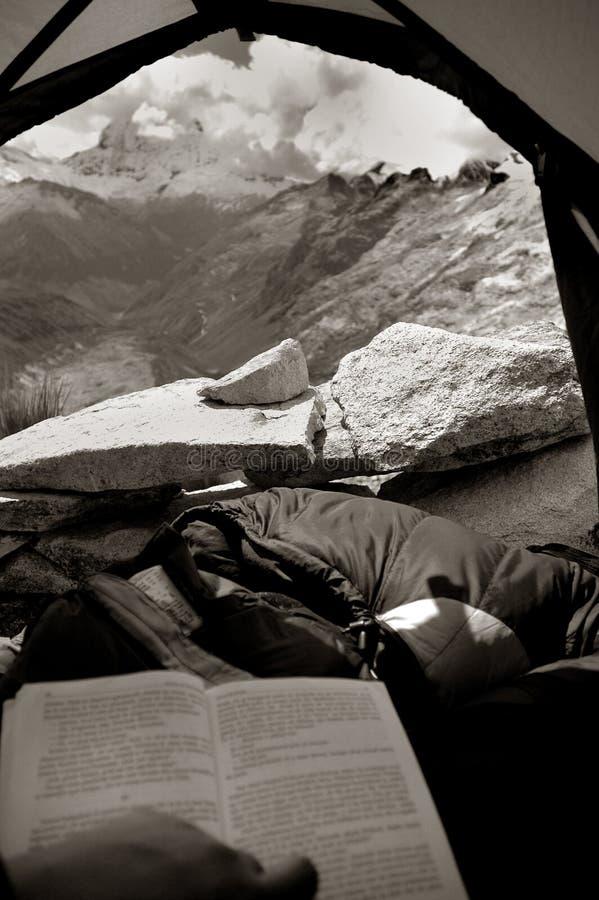 Vue d'une tente en montagnes images stock