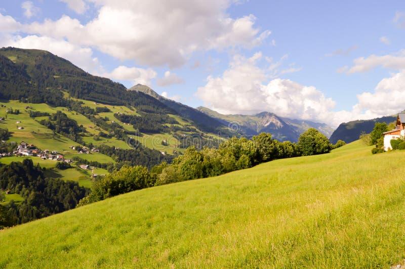Vue d'une vallée et d'un vert images libres de droits