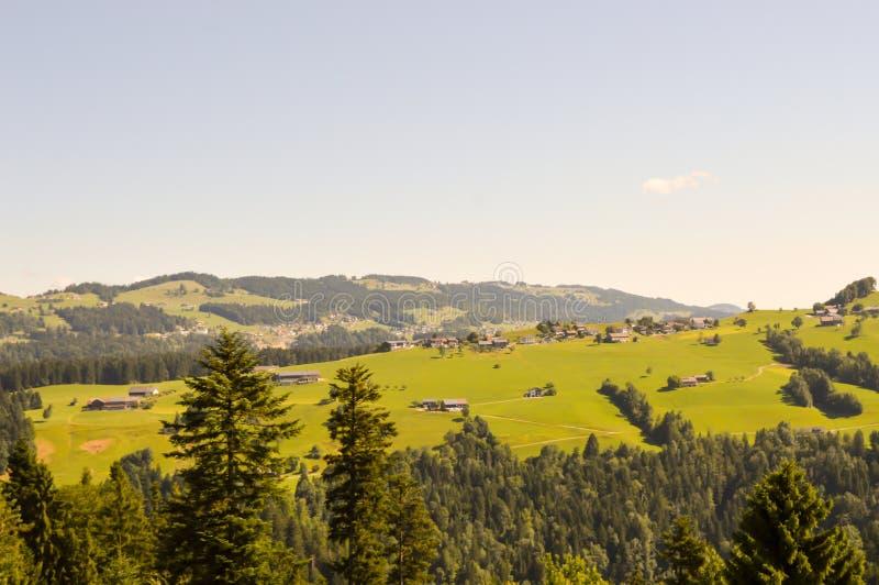 Vue d'une vallée et d'un vert photographie stock libre de droits