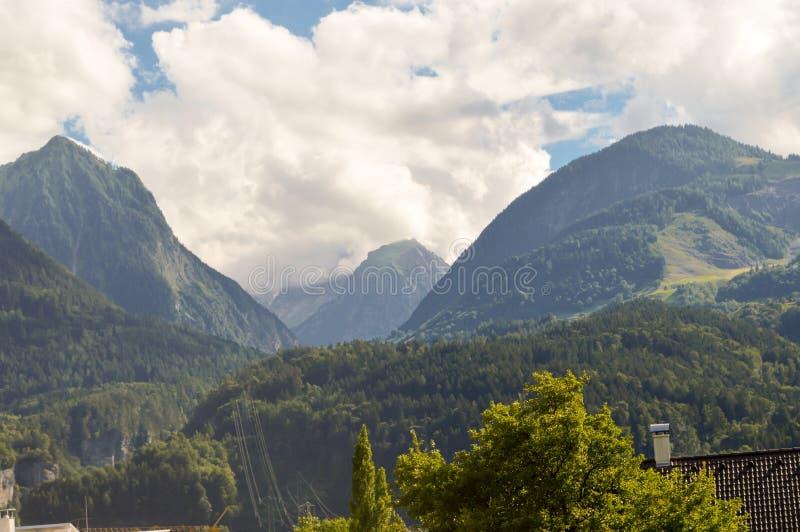 Vue d'une vallée et des collines vertes image libre de droits
