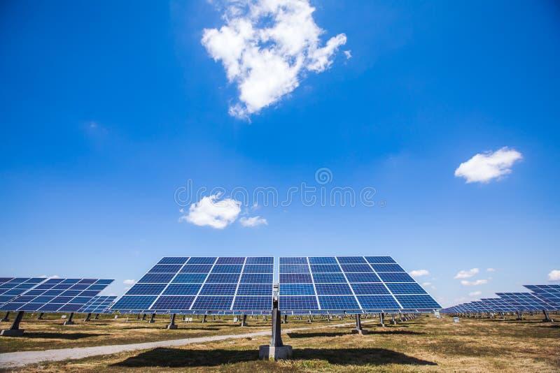 Vue d'usine à énergie solaire dehors images libres de droits