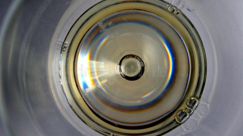 Vue dans l'abrégé sur en verre de vin image libre de droits