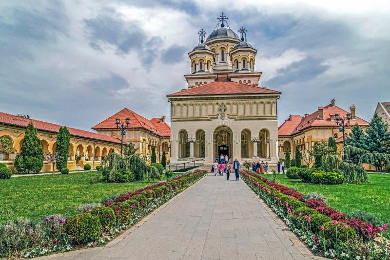 Vue dans la cour intérieure de la cathédrale de couronnement de la ville d'Alba Iulia images stock