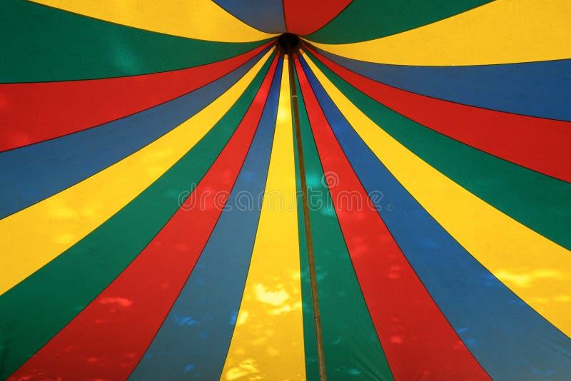 Vue dans le dessus d'une tente de cirque rayée colorée, concept d'événement de festival photo libre de droits