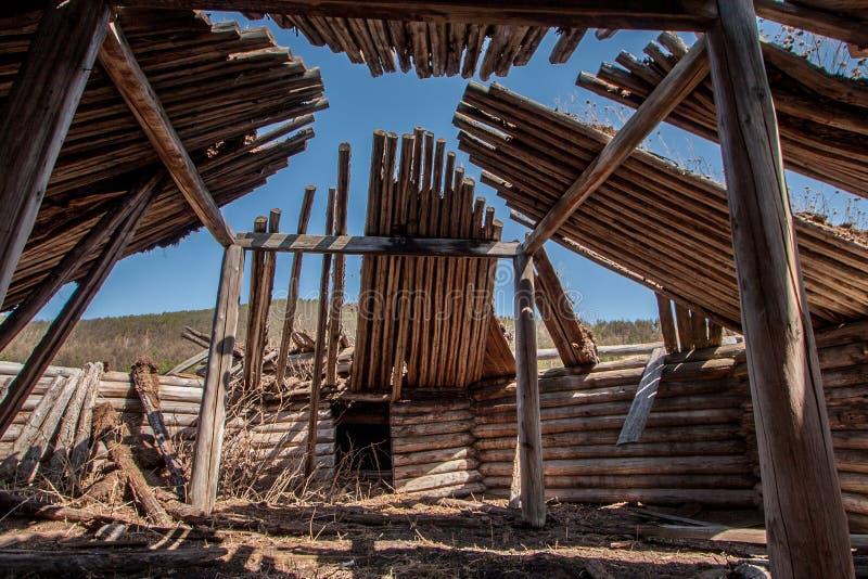Vue dans le vieux yurt en bois images libres de droits