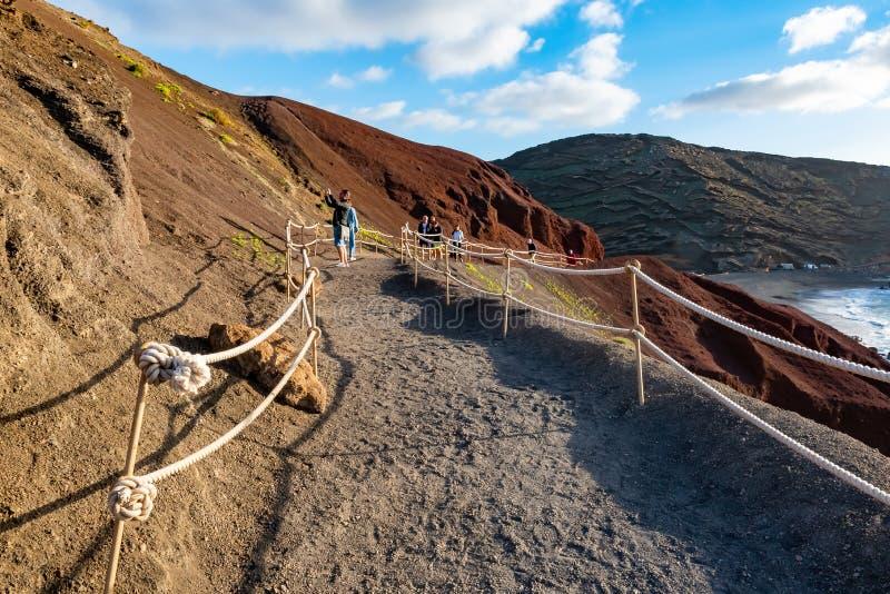 Vue dans un cratère volcanique avec son lac vert près d'EL Golfo, Lanzarote, Îles Canaries, Espagne photo libre de droits