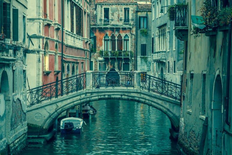 Vue dans un petit canal à Venise la nuit image libre de droits