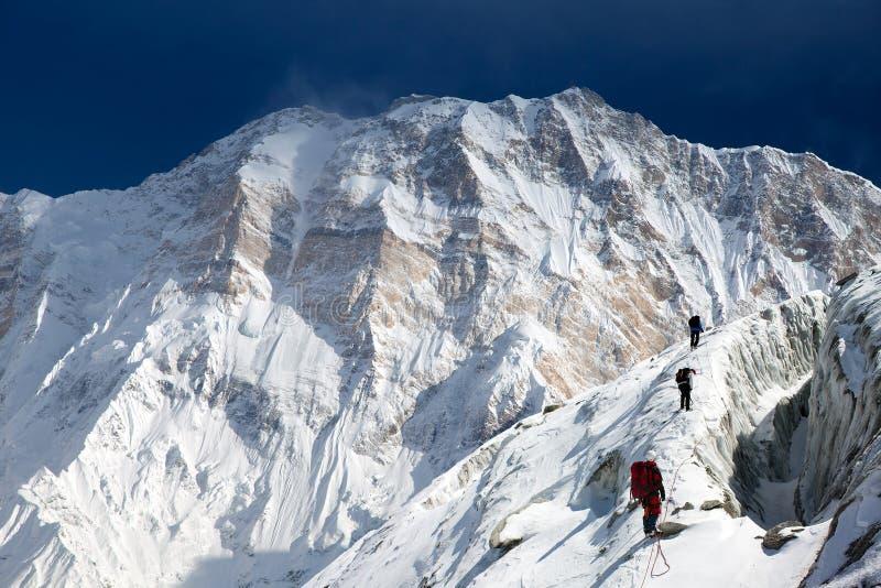 Vue de bâti Annapurna avec le groupe de grimpeurs image stock