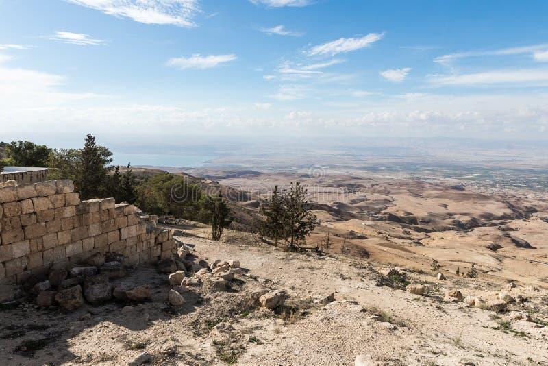 Vue de bâti Nebo sur le paysage jordanien et de mer morte près de la ville de Madaba en Jordanie image stock