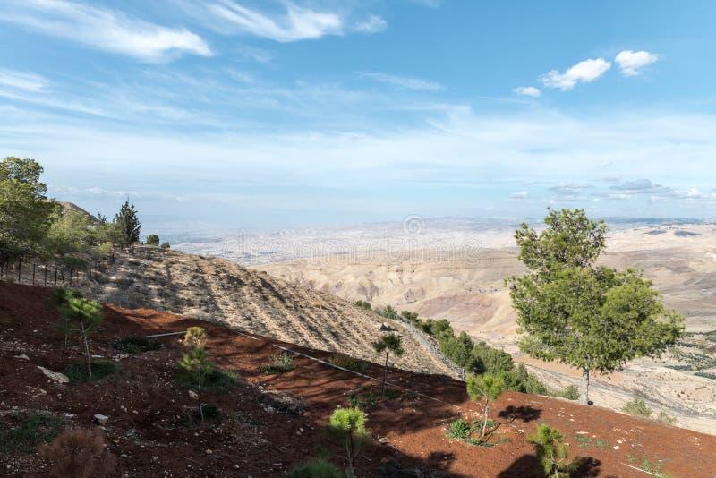 Vue de bâti Nebo sur le paysage jordanien près de la ville de Madaba en Jordanie photographie stock
