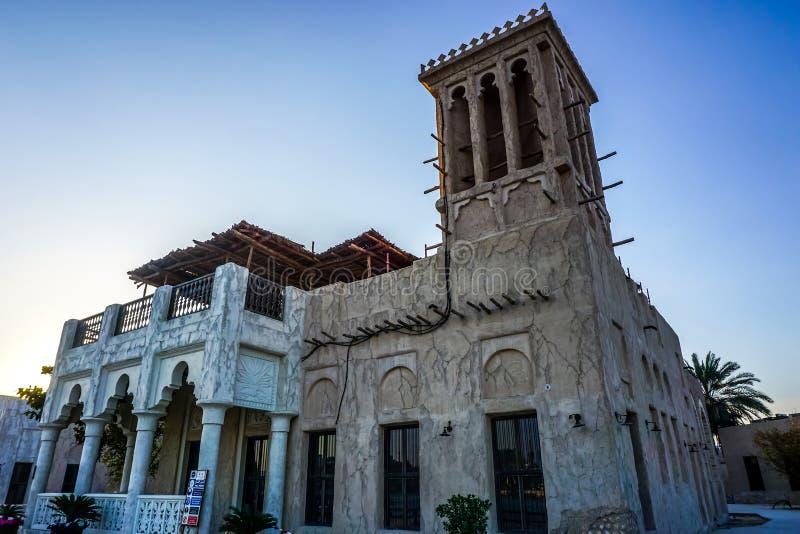 Vue de bâtiment de village d'héritage de Dubaï image stock