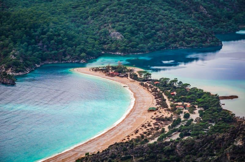 Vue de baie d'Oludeniz dans la ville de Fethiye Paysage stupéfiant de manière de Lycian course de agrandissement en verre de cart images stock