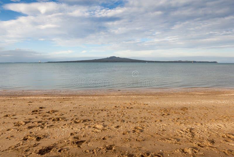 Vue de baie de mission avec le fond d'île de Rangitoto, Auckland, nouveau photographie stock