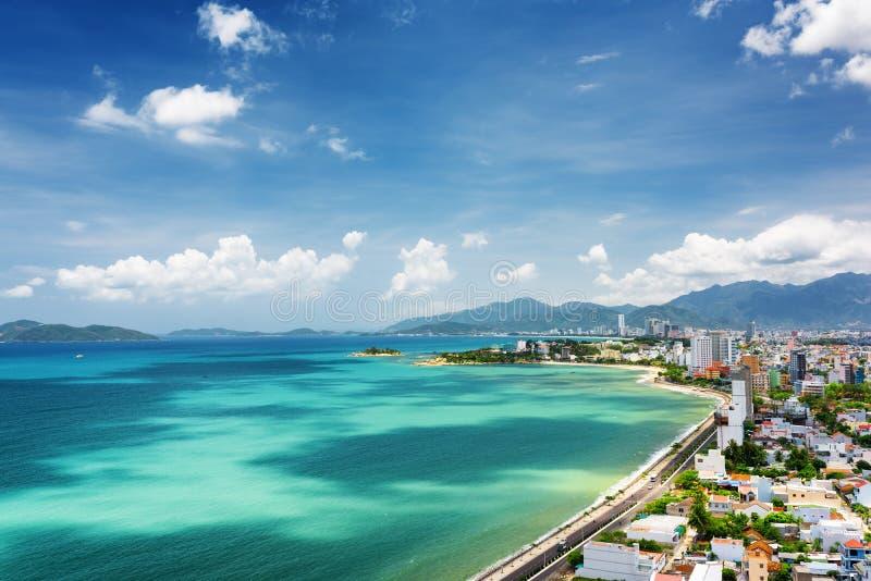 Vue de baie de Nha Trang avec de belles couleurs de l'eau au Vietnam photo libre de droits