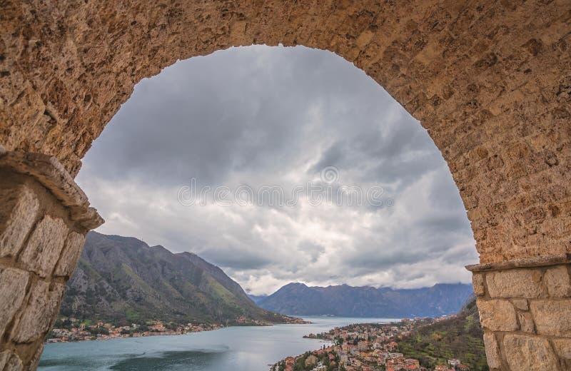 Vue de baie et de ville de Kotor images stock
