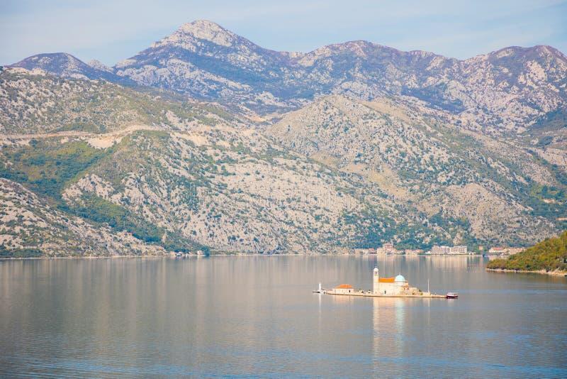 Vue de baie de Kotor avec la petite île - île de notre Madame des roches dans Kotor, Monténégro photographie stock libre de droits