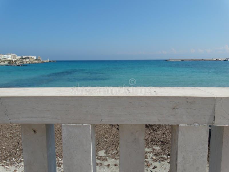 Vue de balcon de la mer et du littoral d'Otranto, Italie du sud photographie stock libre de droits