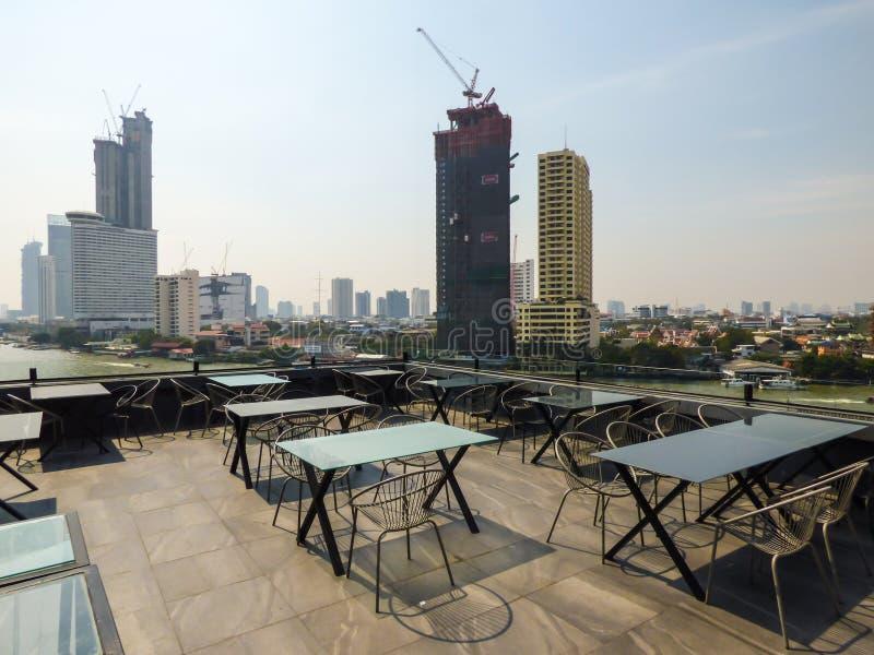 Vue de Bangkok et de fleuve Chao Phraya d'une barre de dessus de toit photo stock