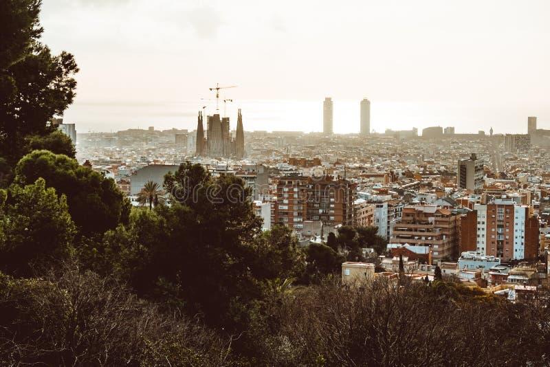Vue de Barcelone un jour nuageux avec une couche de pollution atmosphérique Photo prise du parc Guell : paysage urbain, horizon image libre de droits