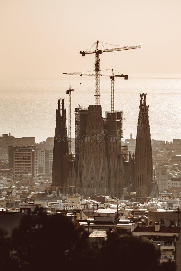 Vue de Barcelone un jour nuageux avec une couche de pollution atmosph?rique Photo prise du parc Guell : paysage urbain, horizon photo libre de droits