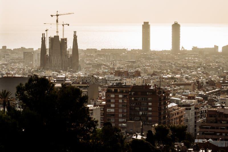 Vue de Barcelone un jour nuageux avec une couche de pollution atmosph?rique Photo prise du parc Guell : paysage urbain, horizon image libre de droits