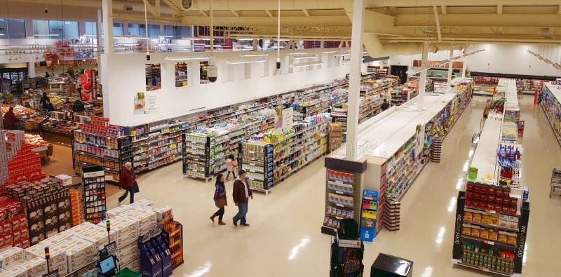 Vue de bas-côtés de supermarché photographie stock