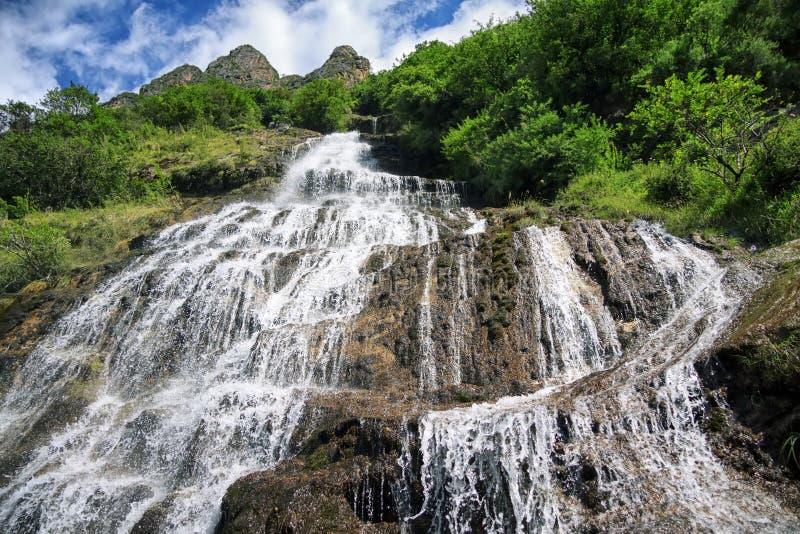 Vue de bas en haut de cascade photographie stock libre de droits