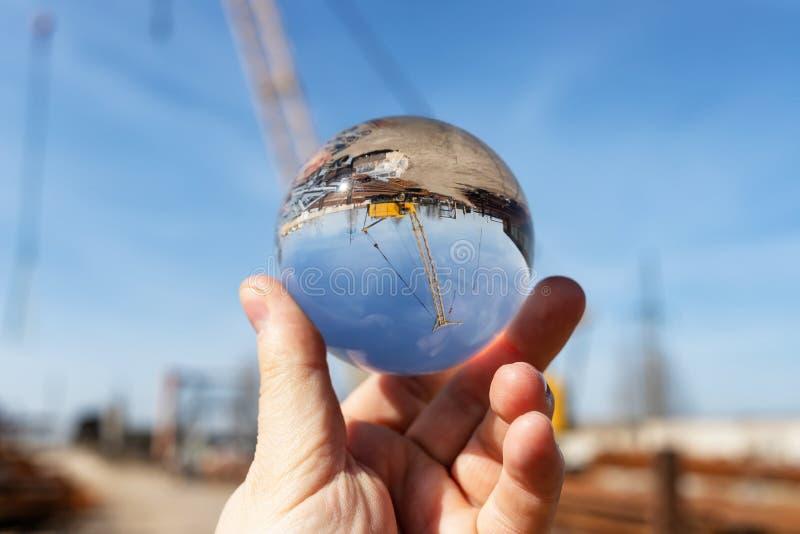 Vue de base des matériaux de construction avec une grande grue par une boule de lentille optique images libres de droits
