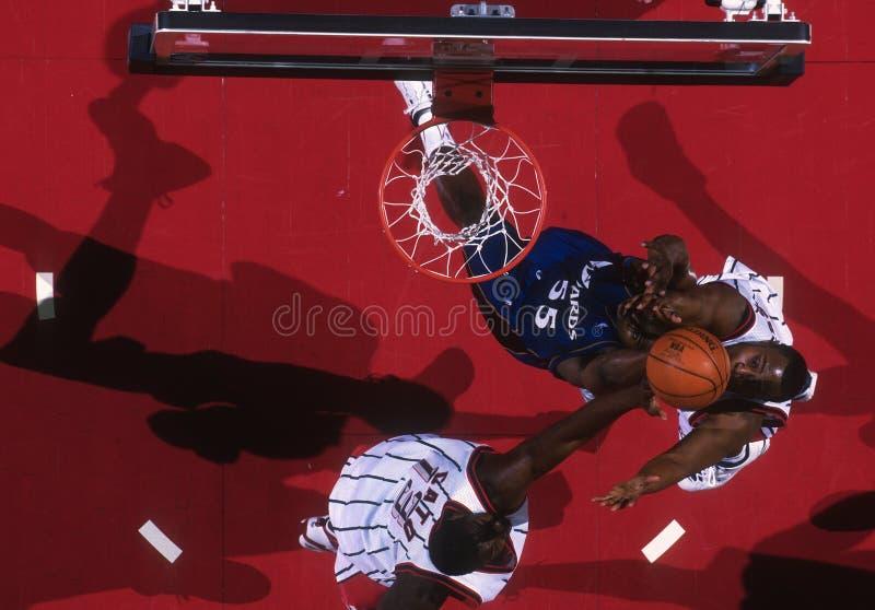 Vue de basket-ball du haut de l'arène pendant le jeu images stock