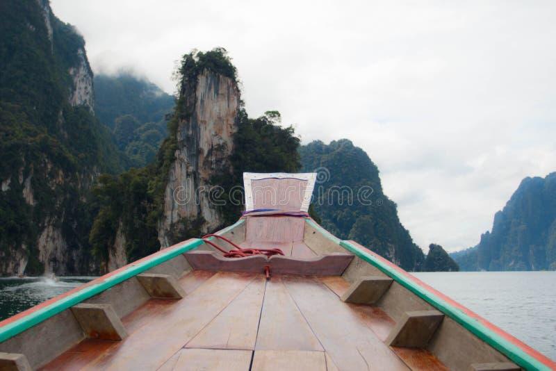 Vue de bateau dans le barrage de ratchaprapa photo stock
