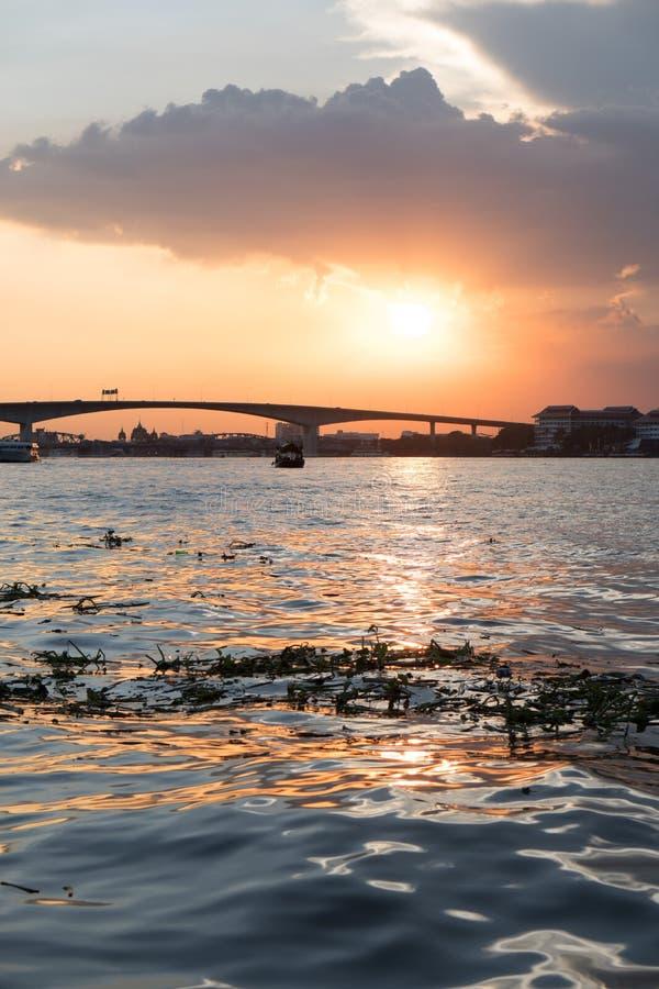 Vue de bateau du fleuve Chao Praya sur Bangkok pendant le beau coucher du soleil photos stock