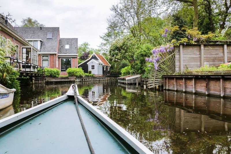Vue de bateau de ville rurale de canal en Hollande-Septentrionale image stock