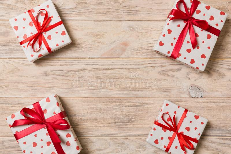 Vue de beaucoup de boîte-cadeau colorés avec la vue supérieure rouge de l'espace vide de copie d'arc et de coeur, de Valentine ou images libres de droits