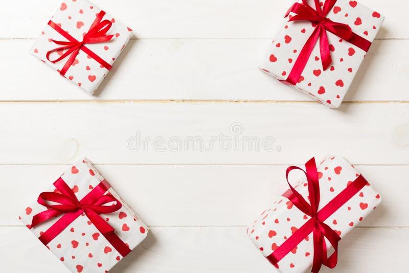 Vue de beaucoup de boîte-cadeau colorés avec la vue supérieure rouge de l'espace vide de copie d'arc et de coeur, de Valentine ou photo stock