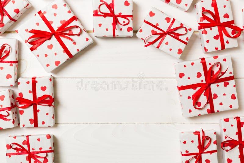 Vue de beaucoup de boîte-cadeau colorés avec la vue supérieure rouge de l'espace vide de copie d'arc et de coeur, de Valentine ou photo libre de droits