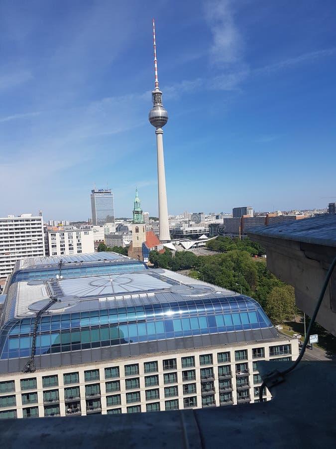 Vue de Berlin avec Fernsehturm image stock