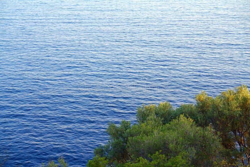 vue de bord de la mer comme vu du monast?re de Vierge Marie dans Paleokastritsa images libres de droits