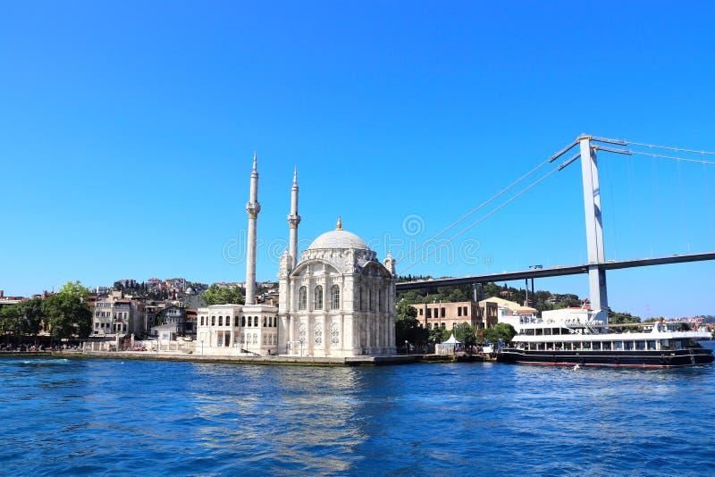 Vue de Bosphorus sur la mosquée d'Ortakoy, Istanbul, Turquie images stock