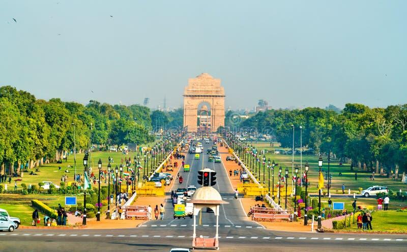 Vue de boulevard cérémonieux de Rajpath du bâtiment de secrétariat vers la porte d'Inde LA NOUVELLE DELHI images stock