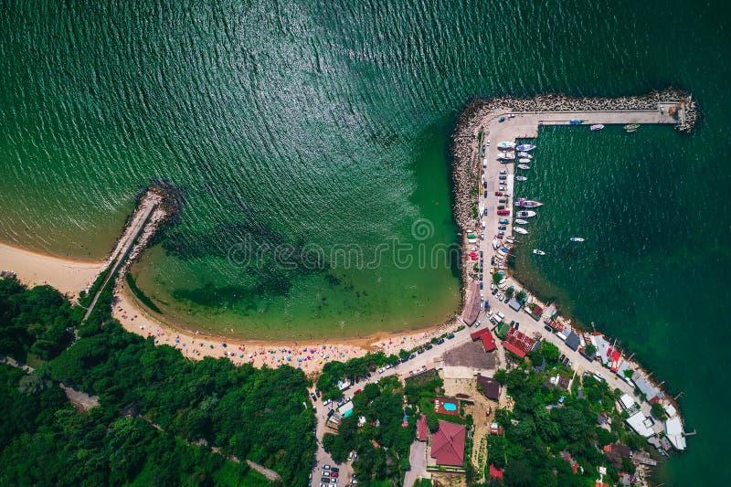 Vue de bourdon au-dessus de belle baie avec la plage claire Été dans le bulgare photographie stock