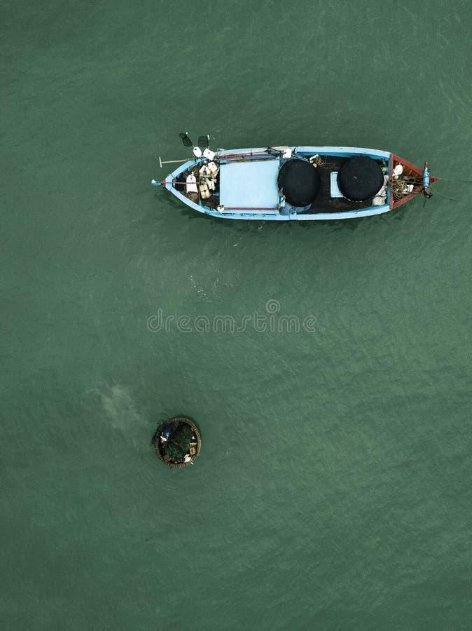 Vue de bourdon d'un bateau de poissons photographie stock