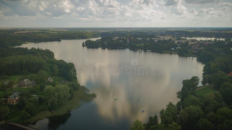 Vue de bourdon de forêt et de lac pendant le coucher du soleil photos stock
