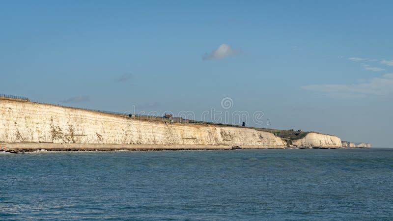Vue de Brighton Marina vers le moulin à vent chez Rottingdean le Sussex images stock