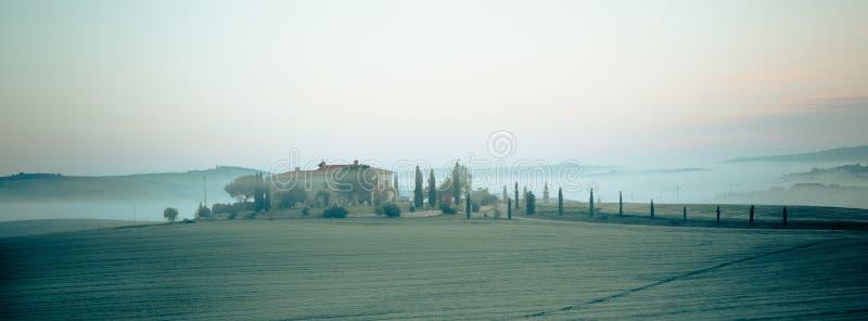 Vue de brouillard de matin sur la ferme en Toscane, Italie photo stock